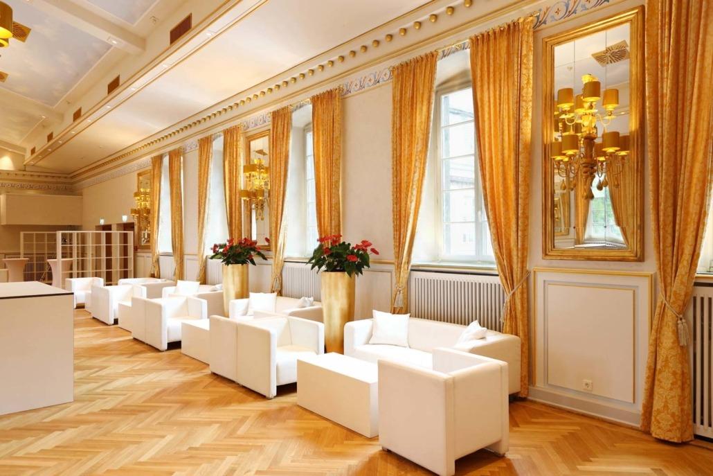 Festsaal Couch und Tische in der Eventlocation Wolkenburg!