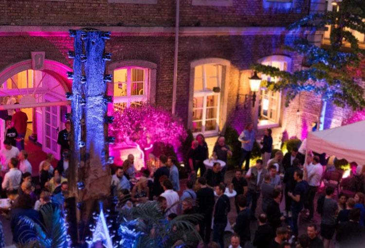 Partys und Bälle im Innenhof der Wolkenburg!